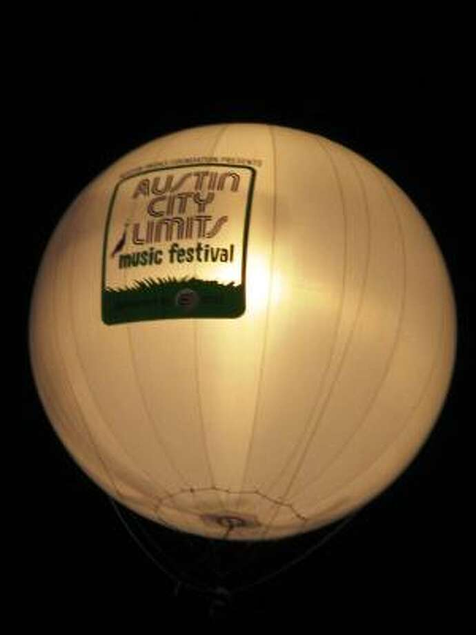 The ACL balloon hovers about the Sunday night crowd. Photo: Joey Guerra, Chronicle