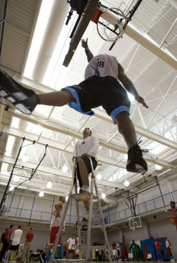 Athletic trainer Joe Resendez (center on ladder) measures Eugene Costello's jump height during tryouts for the Rio Grande Valley Vipers of the NBA D-League (Development League) at Memorial Herman Wellness Center Saturday, Sept. 27, 2008. Photo: James Nielsen, Chronicle