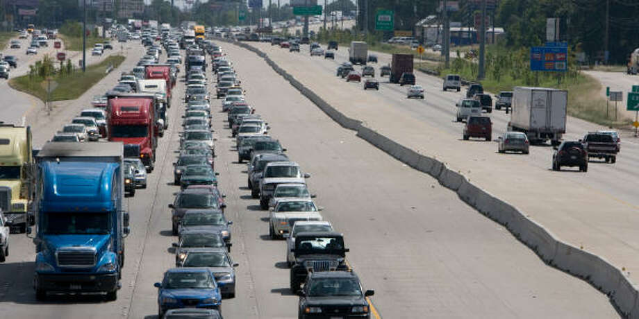Traffic streams out of town north on I-45 (lanes at left) near Spring Stuebner. Photo: Steve Campbell, Houston Chronicle