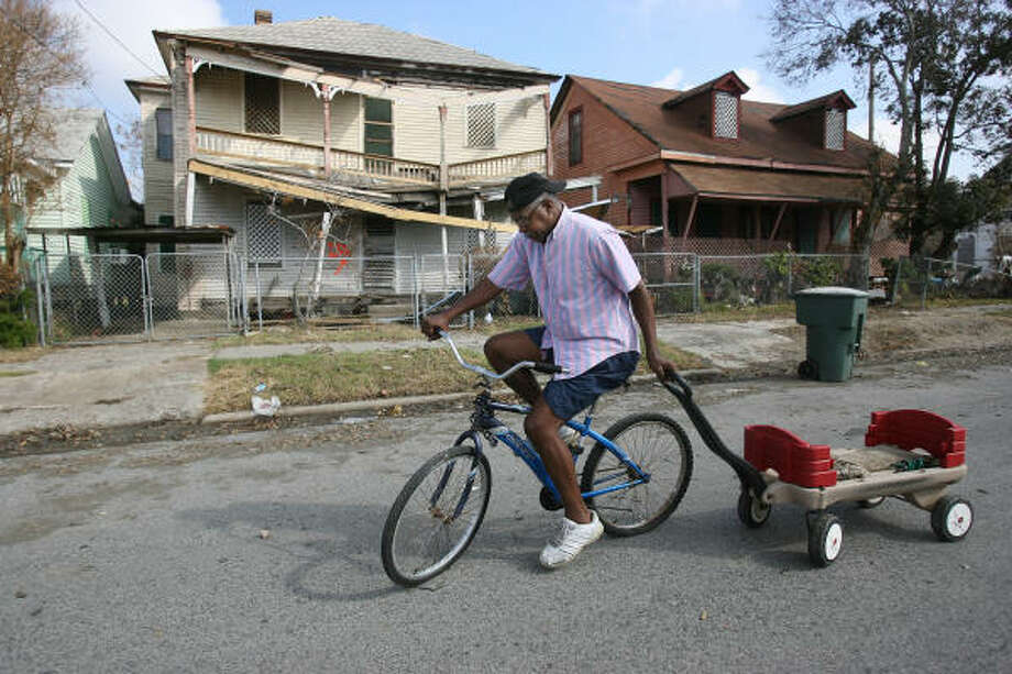 Derick Allen pulls a wagon along Avenue I in the east end on his way to a FEMA POD to get ice after eight days without electricity. Photo: Mayra Beltran, Houston Chronicle