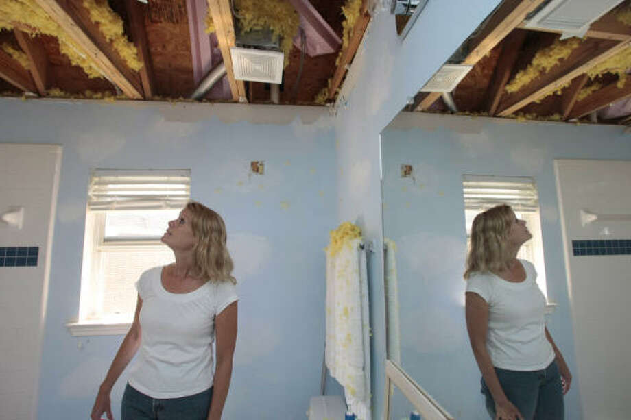 Lisa Zapalac takes a look at the damage that Hurricane Ike brought to her Pearland home. Photo: Billy Smith II, Chronicle