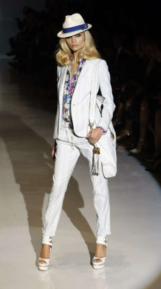 Модный белый костюм