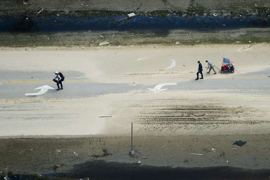 Searchers walk along Highway 87 near Crystal Beach, Texas, Monday, Sept. 15, 2008. Photo: Smiley N. Pool, Chronicle
