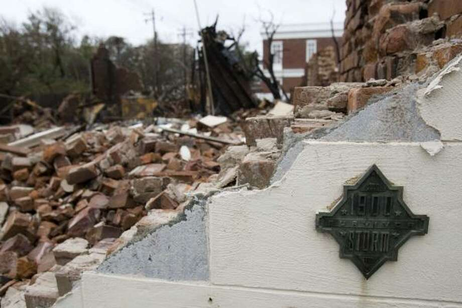 A marker that commemorates Galveston's Great Storm of 1900 stands Sept. 13 on the corner of a home that burned after Hurricane Ike. Photo: Brett Coomer, Chronicle