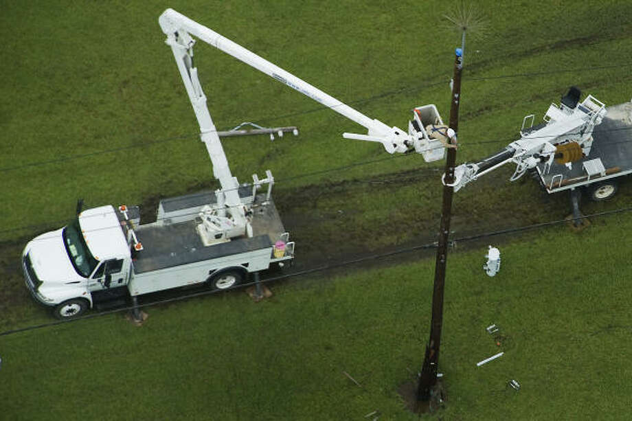Power crews work on lines in Port Arthur, Sunday, Sept. 14, 2008. Photo: Smiley N. Pool, Chronicle