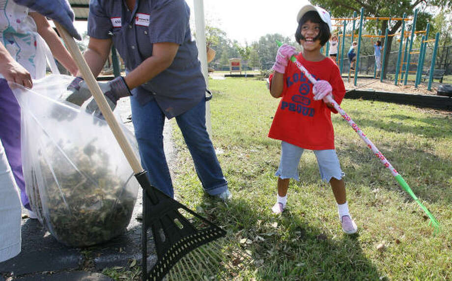 First-grader Jolee Levitin, 6, smiles at her mother Terri Levitin as they rake the playground area at Kolter Elementary School on Sept. 19 in Houston. Photo: Mayra Beltran, Chronicle