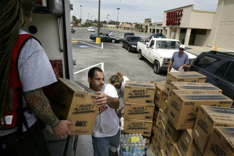 Volunteers hand out food, water and ice at a FEMA point of distribution Sept. 15 in Seabrook. Photo: Eric Kayne, Chronicle