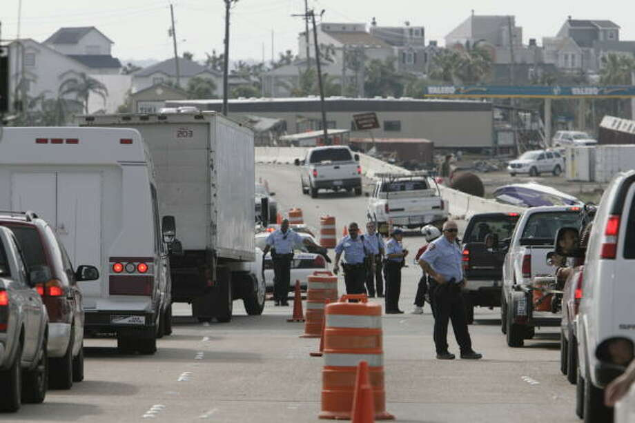 Galveston police stop traffic at checkpoints along the causeway Wednesday. The mayor banned a look-and-leave policy just hours after it was instituted on Tuesday. Photo: Meg Loucks, Chronicle