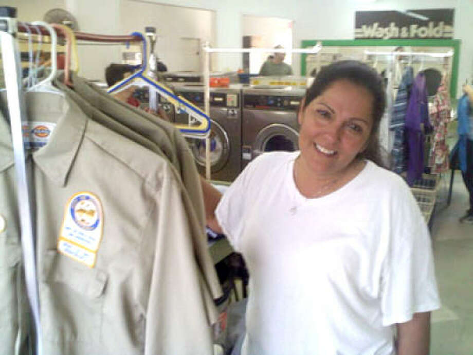 Cindy Lujan at a washateria on W. 18th St. in the Heights Sept. 20.  Days of Ike: At the laundromat Photo: Bobby Hankinson, Chron.commons