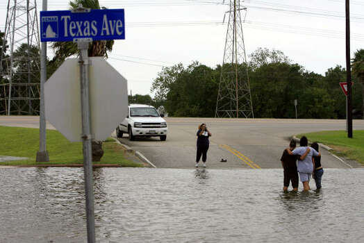 Kemah's rising waters drew gawkers Friday. Photo: Eric Kayne, Chronicle