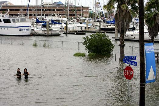 Water rises in Kemah Friday. Photo: Eric Kayne, Chronicle