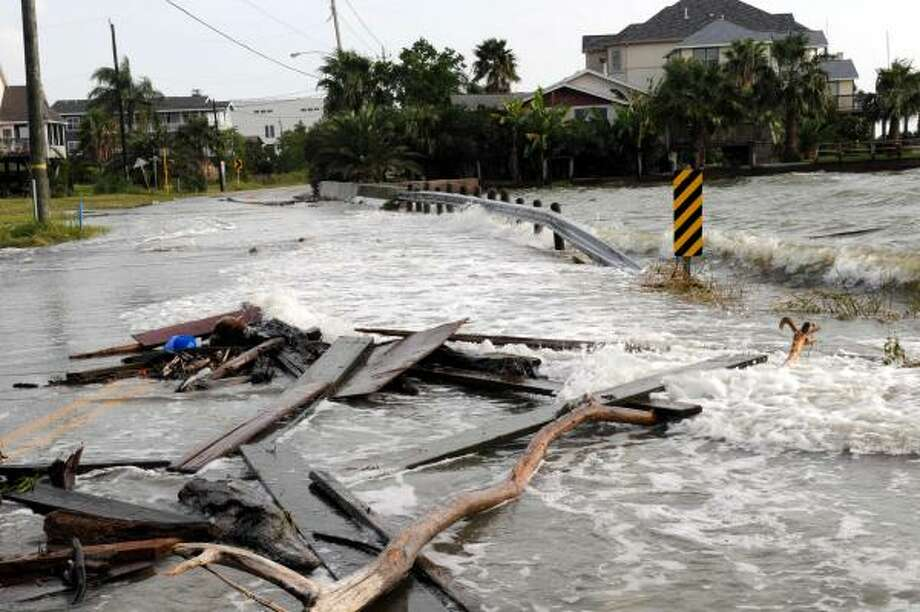 The storm surge from Hurricane Ike drops debris on a Seabrook street. Photo: Kim Christensen, AP