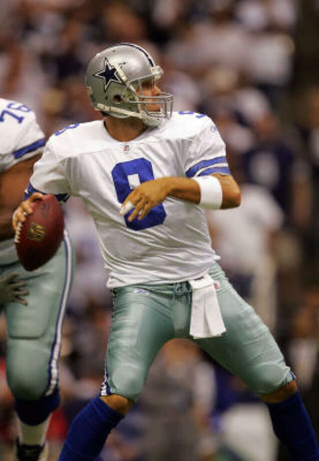 Dallas Cowboys quarterback Tony Romo throws a touchdown pass to Terrell Owens against the Philadelphia Eagles in the first quarter at Texas Stadium on Monday in Irving. Photo: Ronald Martinez, Getty Images