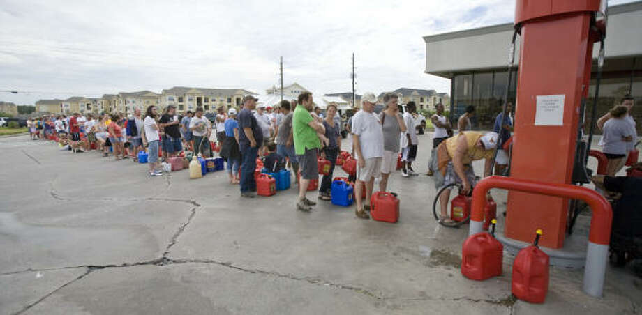Customers wait in line for over gas in north Spring. Photo: Steve Campbell, Houston Chronicle