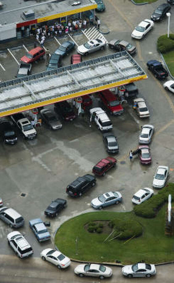 Long lines form Sunday at a Shell station on the corner of Beltway 8 and Veterans Memorial after  Hurricane Ike. Photo: Smiley N. Pool, Chronicle