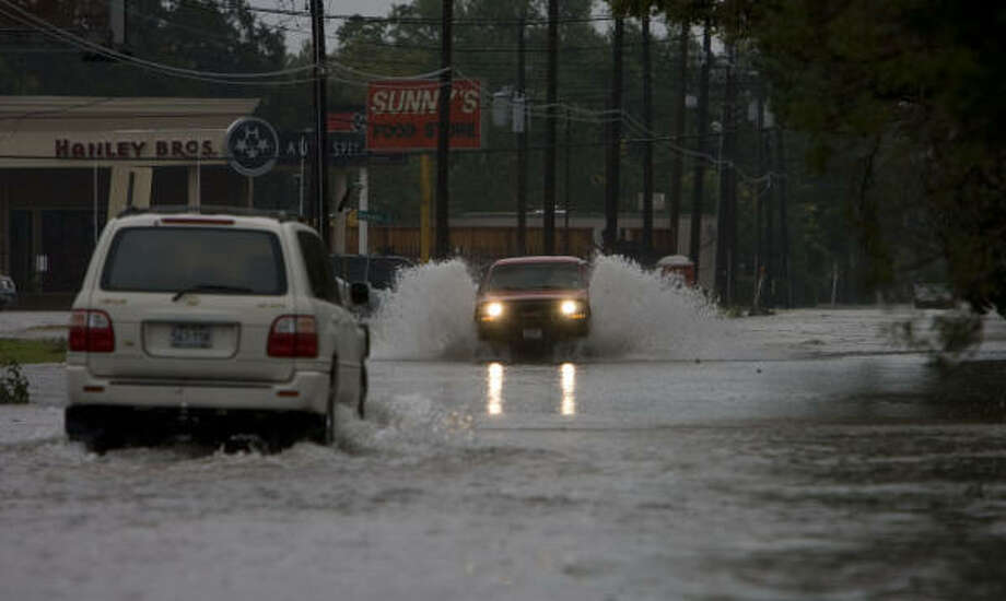Flooded streets are seen Sunday in the Westview Terrace subdivision just one day after Hurricane Ike moved through the area. Photo: James Nielsen, Chronicle