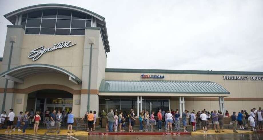 Customers line up to buy groceries Sunday in League City. Photo: Dave Einsel, Getty Images