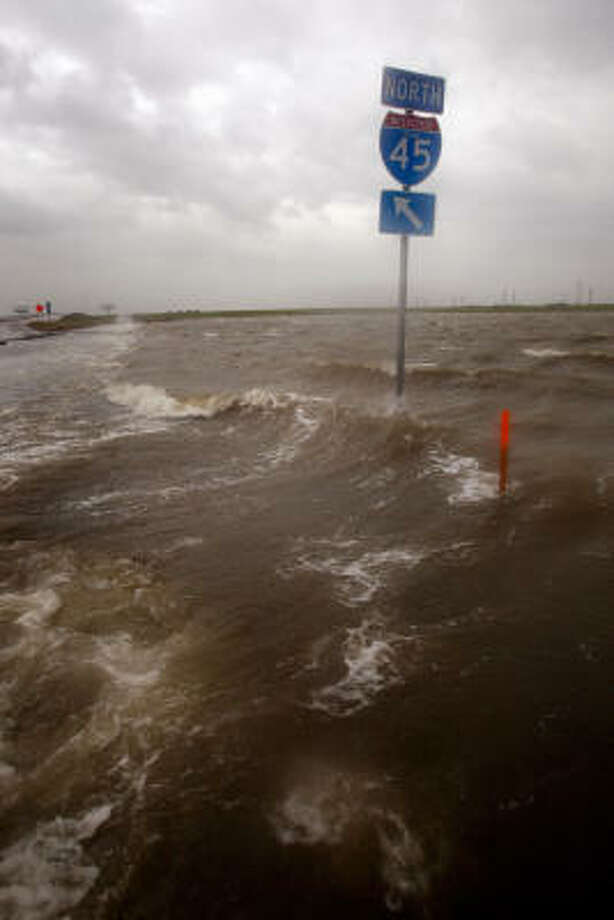 The tidal surge from Hurricane Ike cause waves to overtake the service road along Interstate 45. Photo: Scott Olson, Getty Images