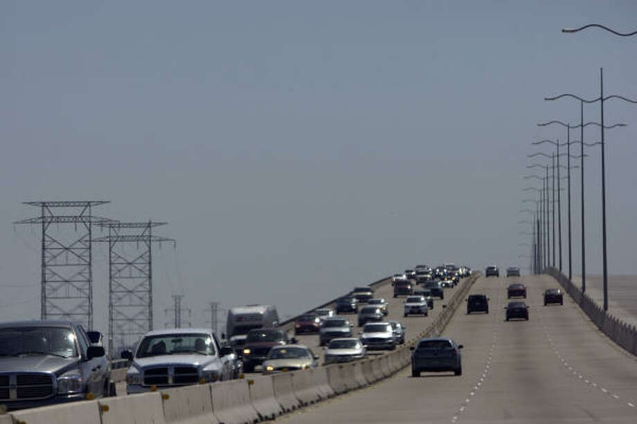 Traffic was heavy headed north on Interstate 45 over the causeway from Galveston Island as Hurricane Ike approaches. Photo: Johnny Hanson, Chronicle