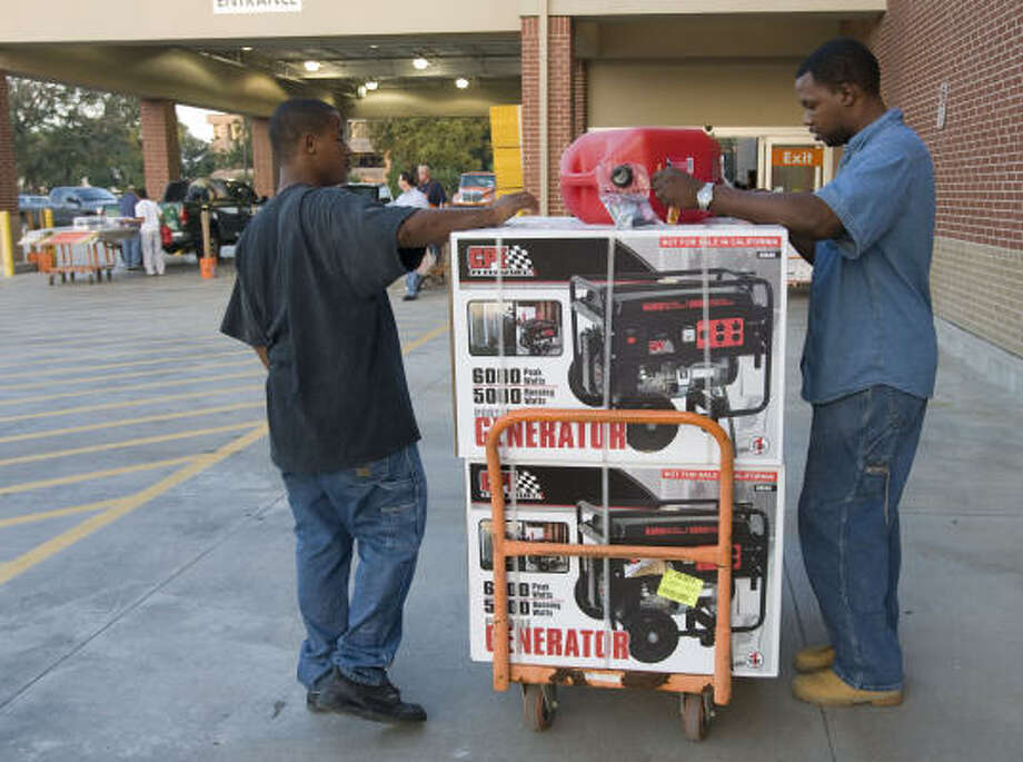 James Edmond, left, and Michael English buy generators and other supplies today to prepare for Hurricane Ike. Photo: James Nielsen, Chronicle