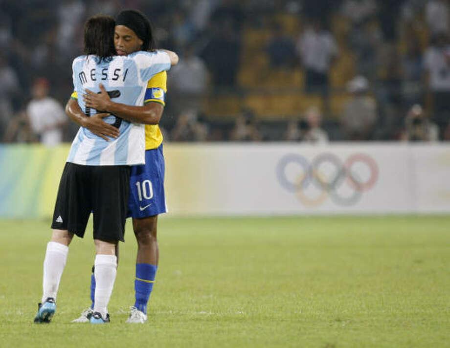 El argentino Lionel Messi abraza al brasileño Ronaldinho (10) al final del partido de semifinales del torneo olímpico masculino de fútbol. Photo: Luca Bruno, AP