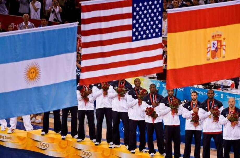 El llamado Redeem Team escucha las estrofas del himno nacional de EE.UU. en lo más alto del podio, junto a los jugadores españoles, medallistas de plata, y los argentinos, que se llevaron la de bronce luego de vencer a Lituania. Photo: Smiley N. Pool, Chronicle