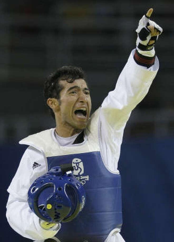 Guillermo Pérez celebra su triunfo el miércoles sobre el dominicano Yulis Gabriel Mercedes en la final de la división de 58 kilos, en Beijing. Photo: Matt Dunham, AP