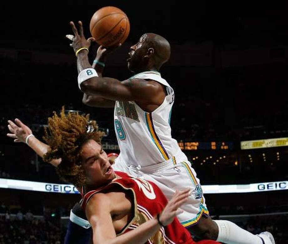 The Hornets' Bobby Jackson doesn't let the Cavaliers' Anderson Varejao stand in his way as he goes for the basket. Photo: CHRIS GRAYTHEN, GETTY IMAGES