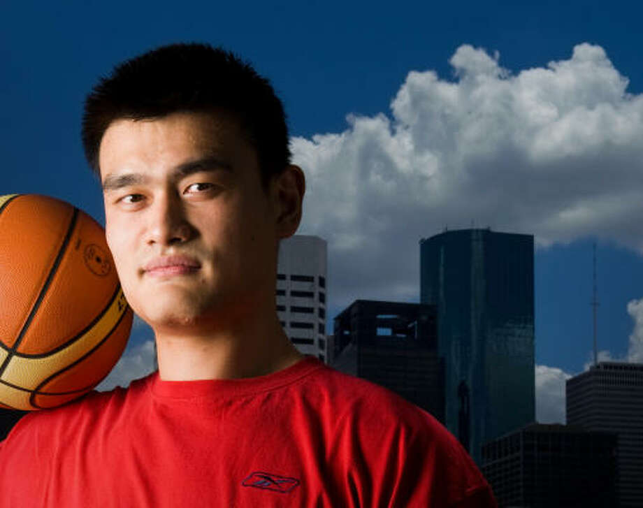 Yao Ming dice que en el baloncesto se debe tanto al pueblo chino como a los simpatizantes de la NBA en Houston. Photo: Smiley N. Pool, Chronicle