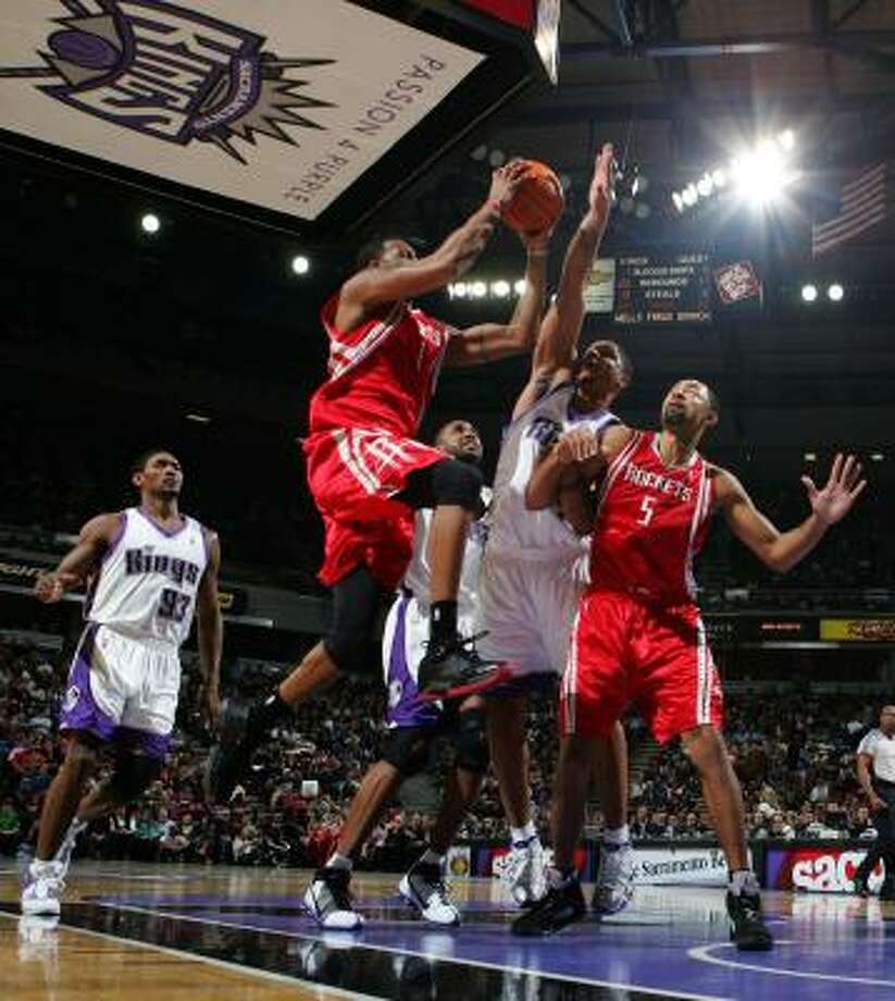 Tracy McGrady (with ball) has gone over 30 points in seven of his last nine games. Photo: Jed Jacobsohn, Getty Images