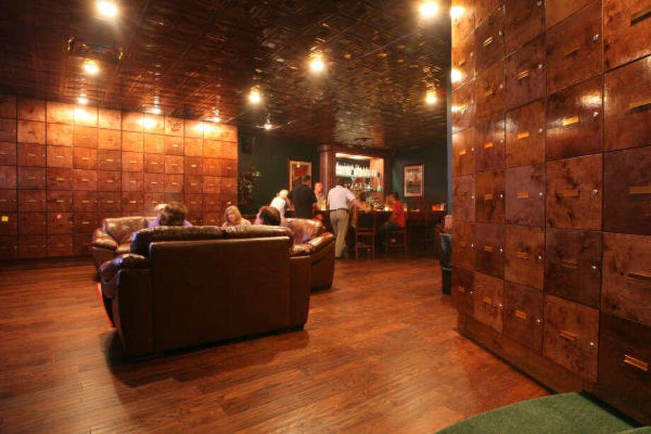 Si deseas pasar una velada entre tabaco, vino y buena compañía, Robusto's Cigar Lounge te da el escenario perfecto. Photo: Bill Olive, Para La Vibra