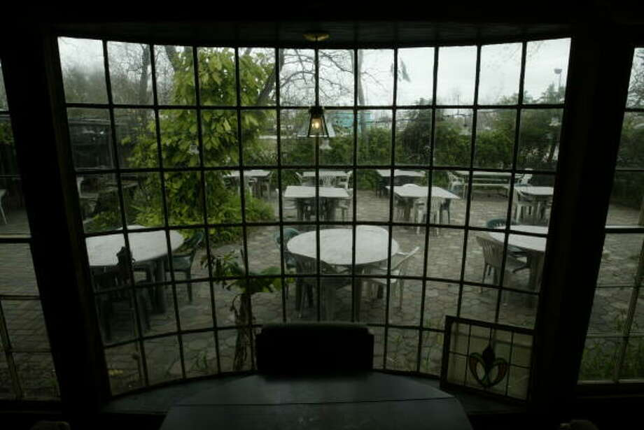 Gilhooley's patio in San Leon, Texas. Photo: Kevin Fujii, HOUSTON CHRONICLE
