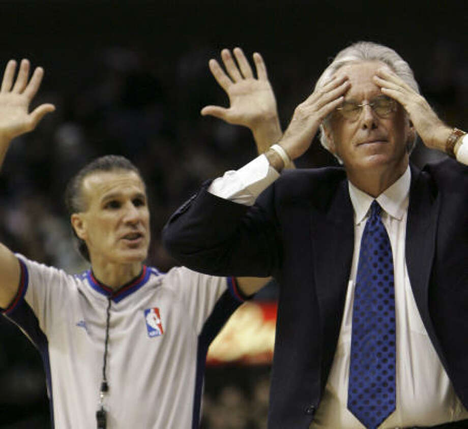 Excedrin moment No. 28 — the 28th loss of the season for the Sonics and coach Bob Hill. Photo: LM Otero, AP