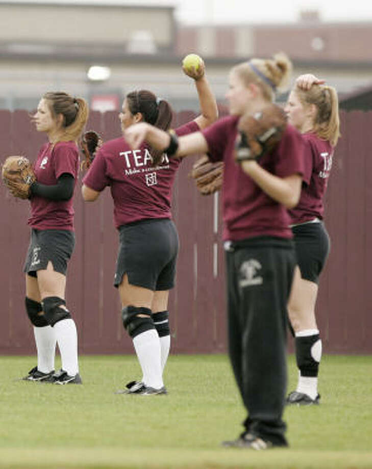 The Pearland Lady Oilers warm up during a practice last week. Photo: Thomas B. Shea, For The Chronicle