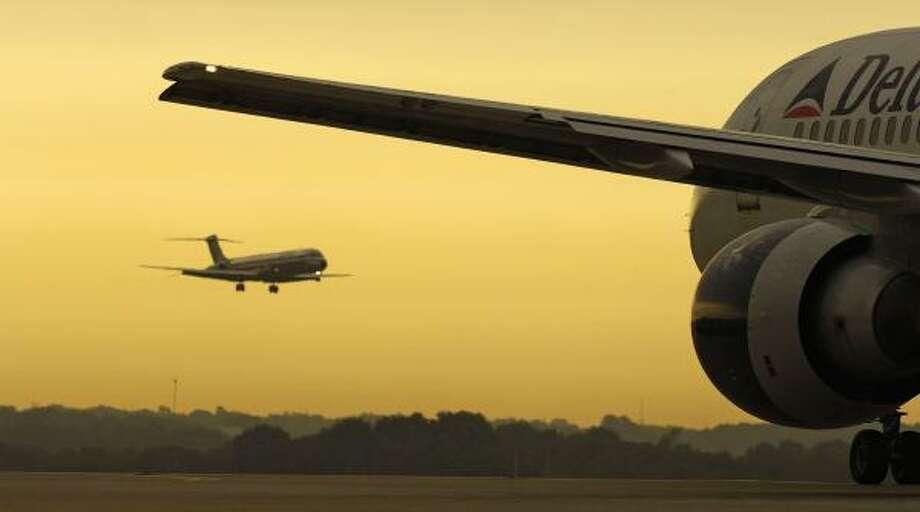 A Delta Air Lines jet taxis at Hartsfield-Jackson Atlanta International Airport. Photo: CHRIS RANK, BLOOMBERG NEWS