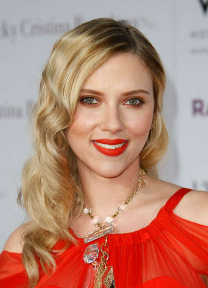 Actress Scarlett Johansson's orange-red lipstick highlights her pink and orange skin tones. Photo: Michael Buckner, Getty Images