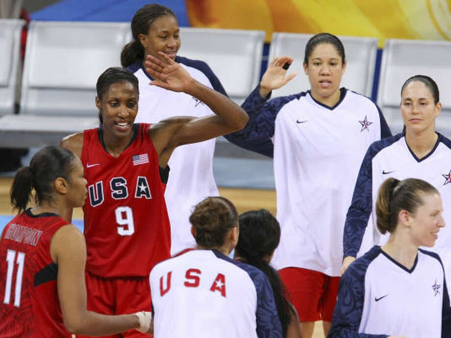 Tina Thompson (11), Lisa Leslie (9) and their U.S. teammates huddle up to celebrate their 108-63 win over China. Photo: EDWARD A. ORNELAS, CHRONICLE OLYMPIC BUREAU