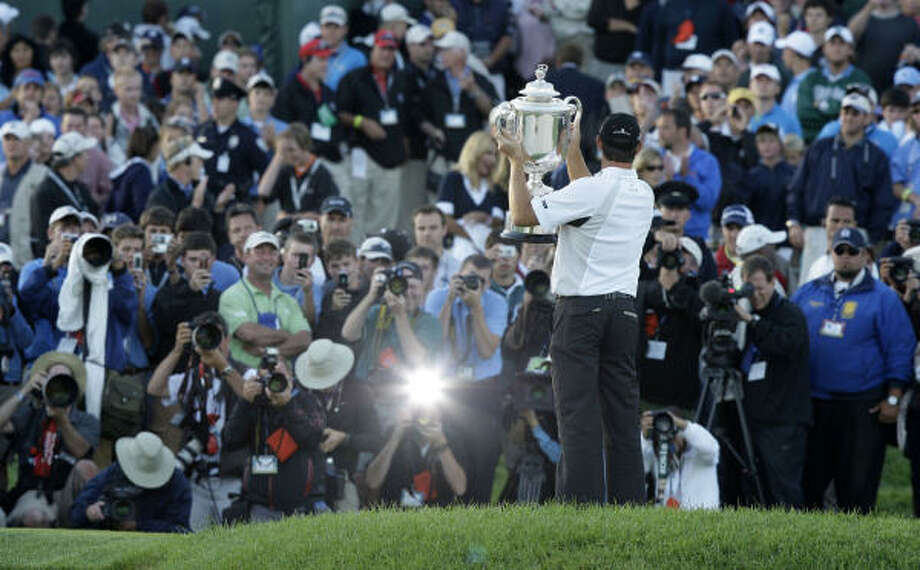 Padraig Harrington holds up the Wanamaker trophy after winning the PGA Championship at Oakland Hills Country Club in Bloomfield Hills, Michigan, Sunday, August 10, 2008. Photo: JULIAN H. GONZALEZ, MCT