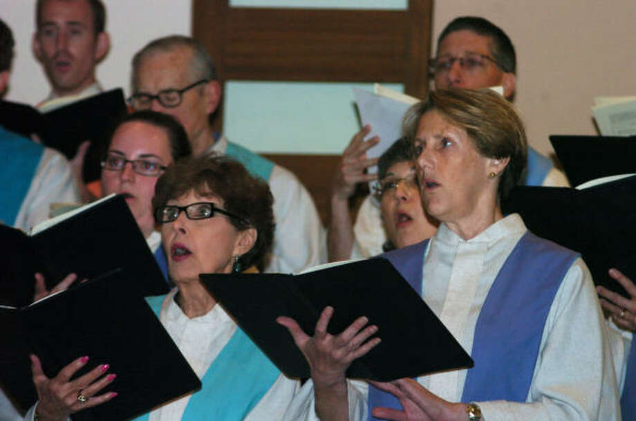 Emerson Unitarian Universalist Church choir members, left to right, Mary Ann Rusk and Bonnie Homier, sing a hymn Thursday during a service to remember Sunday's tragedy at the Tennessee Valley Unitarian Universalist church in Knoxville, Tenn. Photo: Kirk Sides