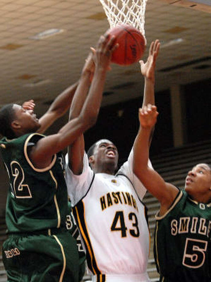 Hastings' P.J. Alawoya fights Smiley's Jonathan Simmons, left, and Carles Anders during the 2006 Texas Invitational at Phillips Field House. Photo: KIM CHRISTENSEN, For The Chronicle