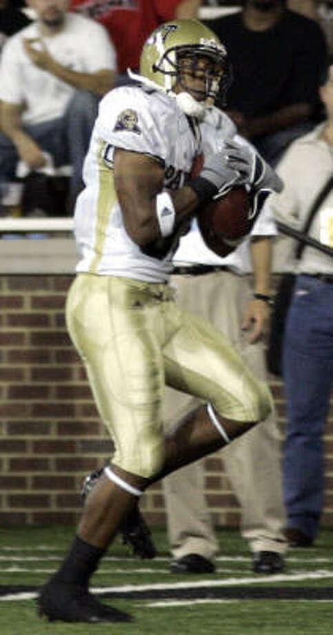 Pittsburgh receiver Derek Kinder catches a 55-yard touchdown during a win over Cincinnati on Friday. Photo: AL BEHRMAN, AP