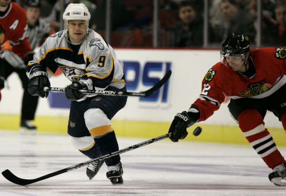Paul Kariya, left, scored twice in the third period in the Predators' 2-1 win over the Chicago Blackhawks. Photo: Jeff Roberson, AP