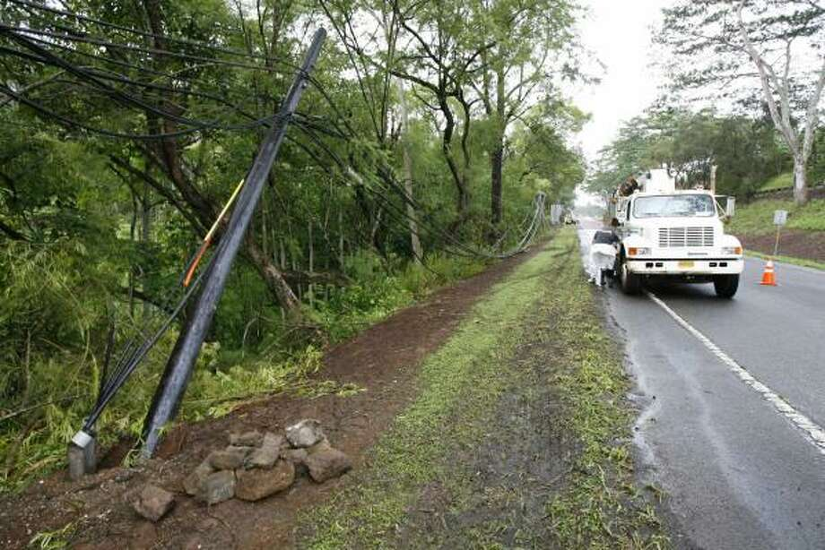 Power lines are knocked down in Mililani, Hawaii, on Sunday after a powerful earthquake and repeated aftershocks shook Hawaii, rattling nerves and prompting Gov. Linda Lingle to issue a disaster declaration for the entire state. Photo: HUGH GENTRY, REUTERS