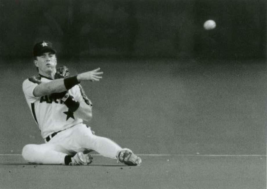 1991:Jeff Bagwell throws out Lonnie Smith after diving to stop the ball. Bagwell has a .993 fielding percentage as a first baseman and has one Gold Glove which he won after his MVP season in 1994. Photo: Dave Einsel / Chronicle