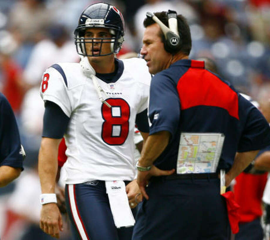A late interception prompted a conference between David Carr and Gary Kubiak. Photo: Steve Ueckert, Chronicle