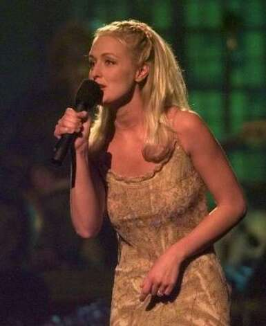 1998: Country singer Mindy McCready performs in Nashville, Tenn., June 15, 1998. Photo: AP