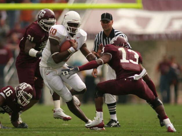 Texas' Vince Young (10) advances the ball during the first quarter against Texas A&M on Friday. Photo: ROB STRONG, AP