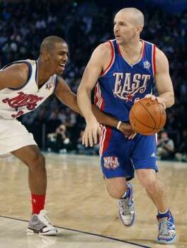New Jersey Nets guard Jason Kidd (5) takes the ball around New Orleans Hornets guard Chris Paul (left) in the first half. Photo: Alex Brandon, AP