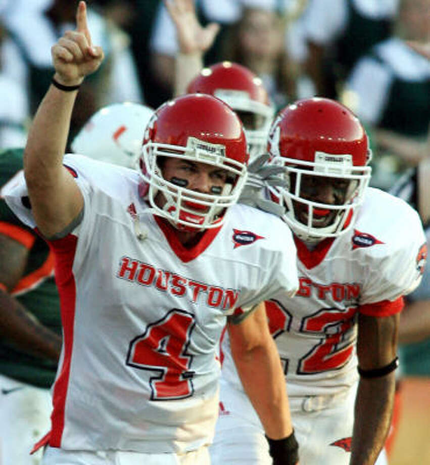 Kevin Kolb (4) scored in the first half for UH. Photo: LUIS M. ALVAREZ, AP