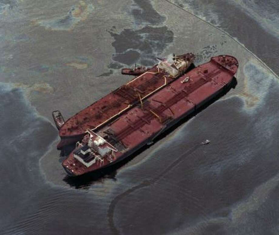 The Exxon Baton Rouge, left, attempts to offload crude oil from the Exxon Valdez on March 26, 1989, after the larger tanker ran aground, spilling more than 270,000 barrels of crude. Photo: AP File